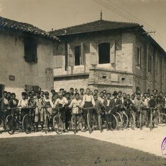 The first pupils in 1922 in front of the headquarters of the School, the Bevilacqua Barracks of Spilimbergo, now Corte Europa