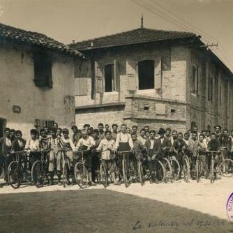 i primi allievi nel 1922 davanti alla sede della Scuola, la Caserma Bevilacqua di Spilimbergo, oggi Corte Europa