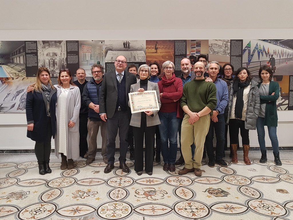la maestra Della Vedova con lo staff della Scuola Mosaicisti del Friuli