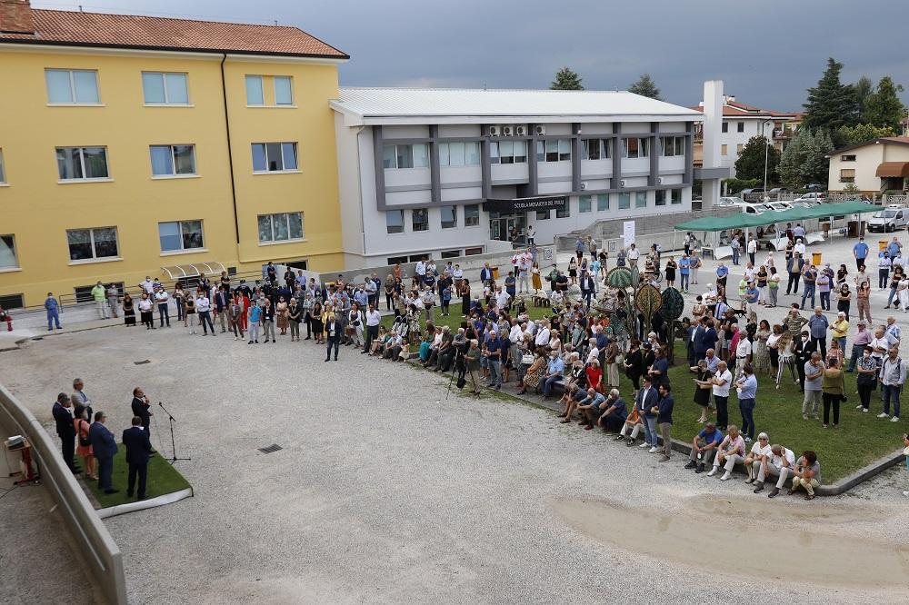 cerimonia di inaugurazione nello spazio esterno della Scuola